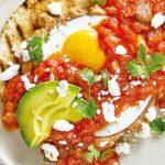 Huevos rancheros sobre pan árabe