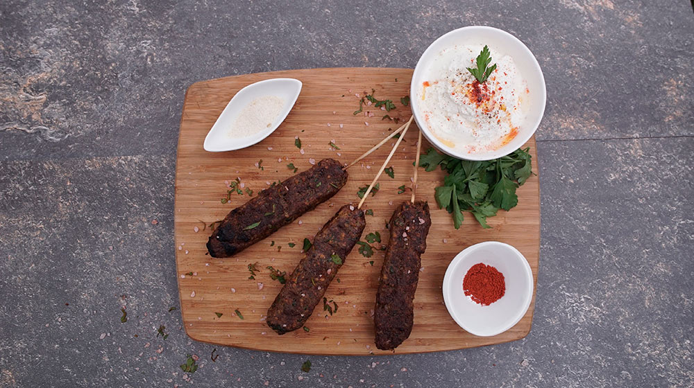 Prepara deliciosos kebabs de carne molida