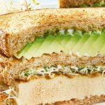 Sándwich de pollo asado con aguacate y manzana