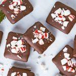 Galletas de navidad con caramelos cubiertas con chocolate