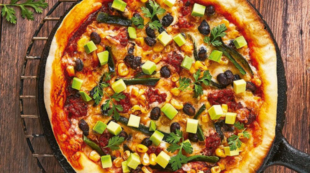 Pizza a la mexicana con chorizo, elote y aguacate rostizados