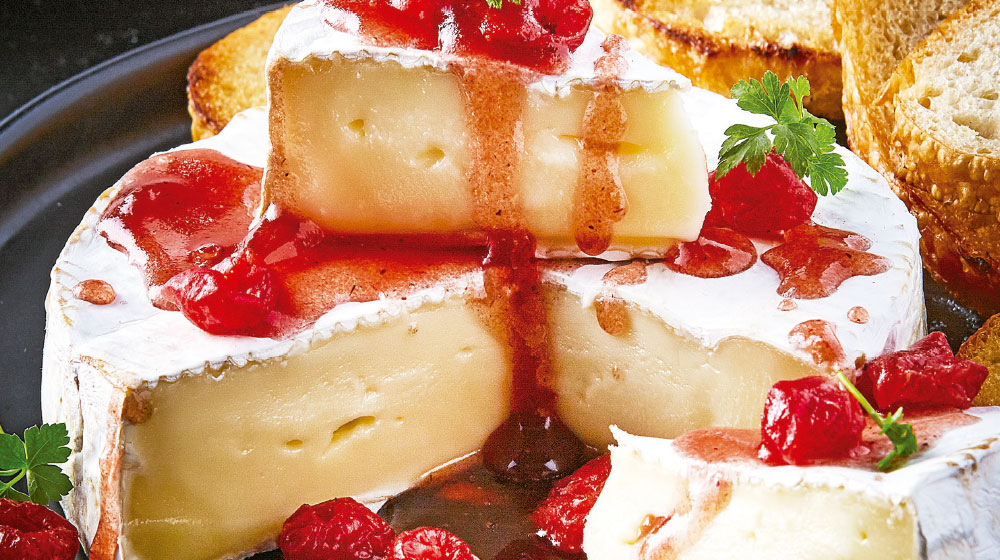 Queso brie con mermelada de frambuesa