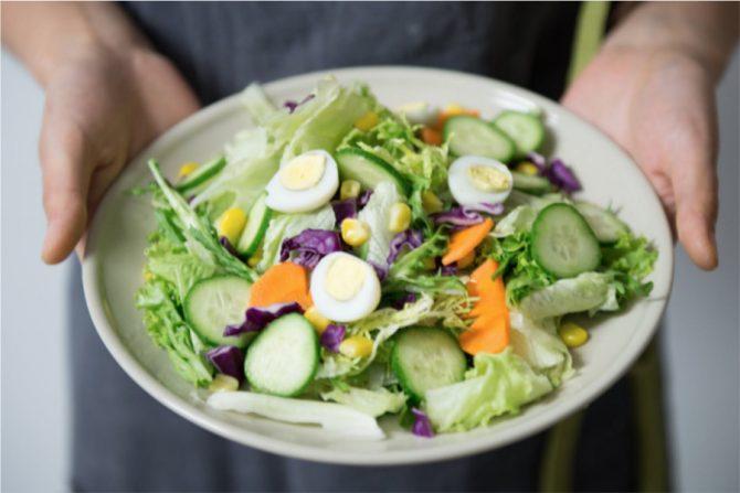 Ensalada verde con huevo