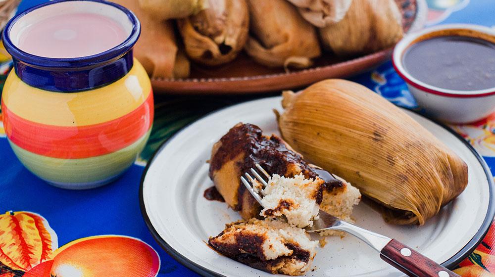 Tamales de mole con pollo