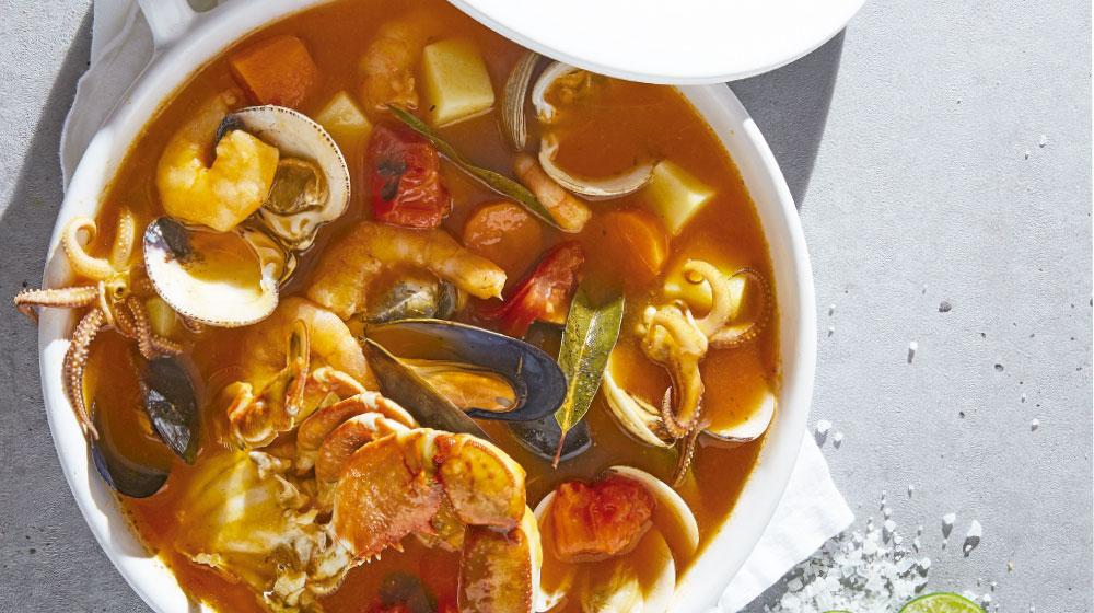 Caldo de camarones con mariscos