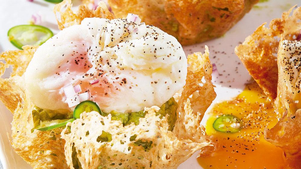 Chicharrón de queso con huevo y guacamole