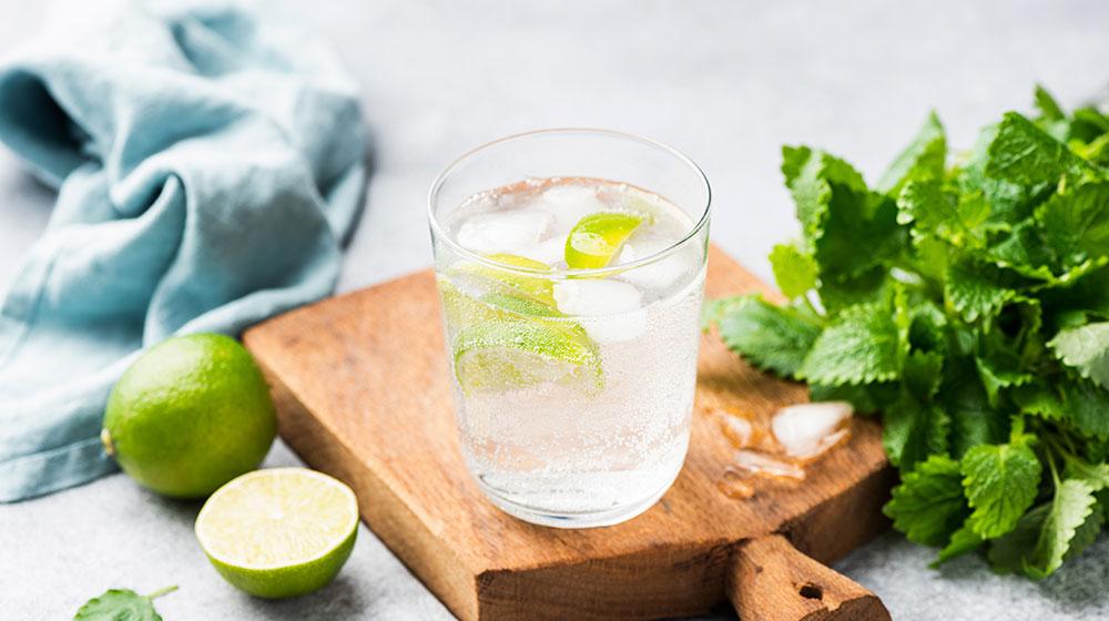 Agua de menta con limón