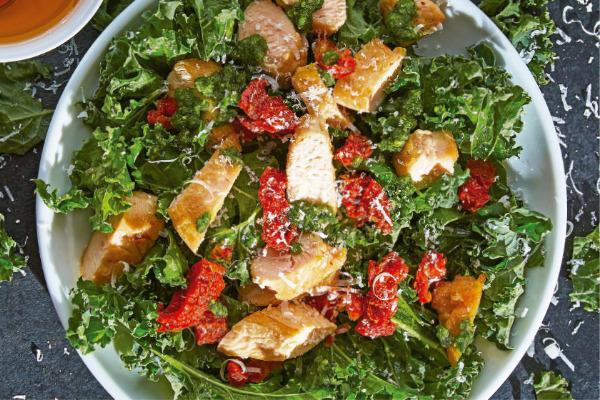 Recetas con pollo, recetas de pollo: Ensalada de pollo con kale y jitomate