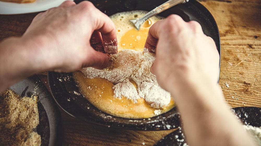 Huevo para hacer milanesa de pollo