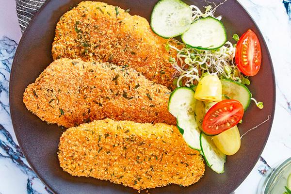 Recetas de pollo, recetas con pollo: milanesa de pollo empanizada con ensalada de alfalfa