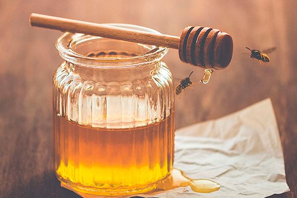 Beneficios de tomar agua con miel de abeja
