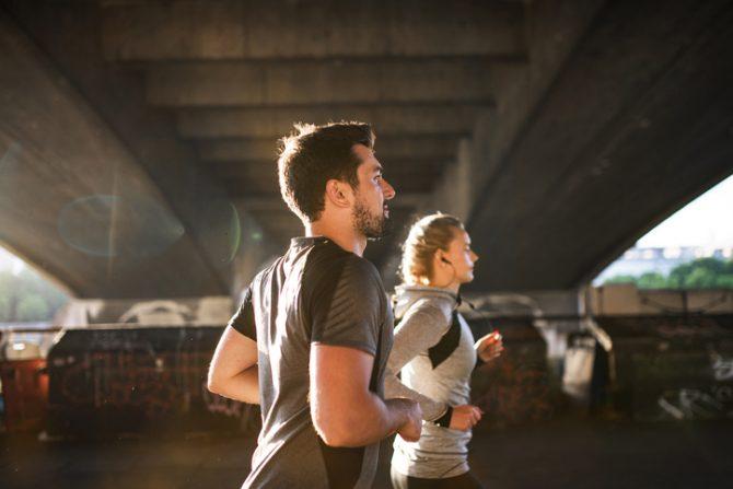 pareja corriendo en la ciudad durante la manana
