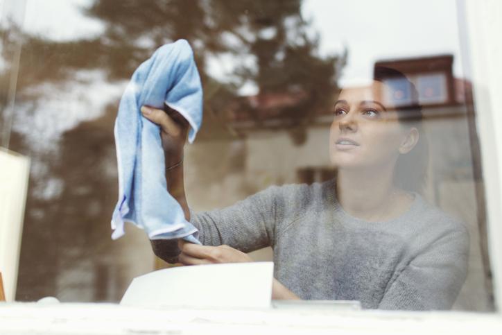 como limpiar los cristales de tu casa con vinagre