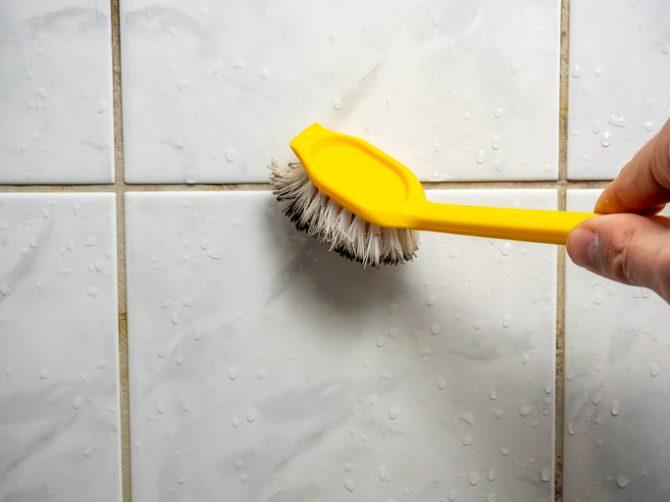 como quitar el moho del baño