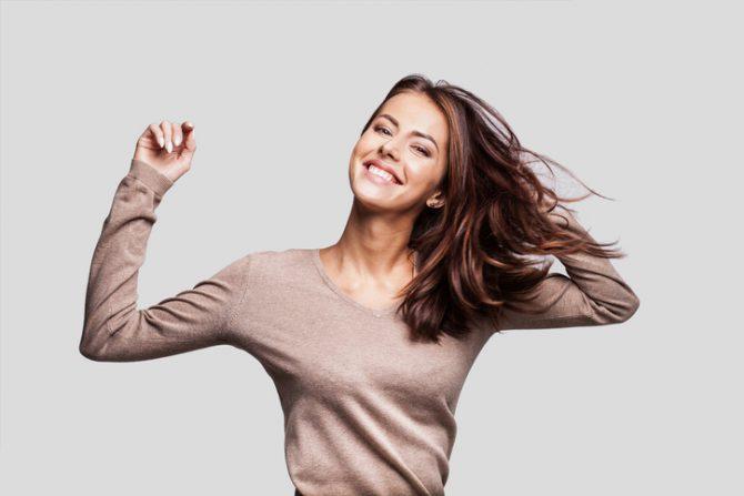 mujer con cabello castano y largo