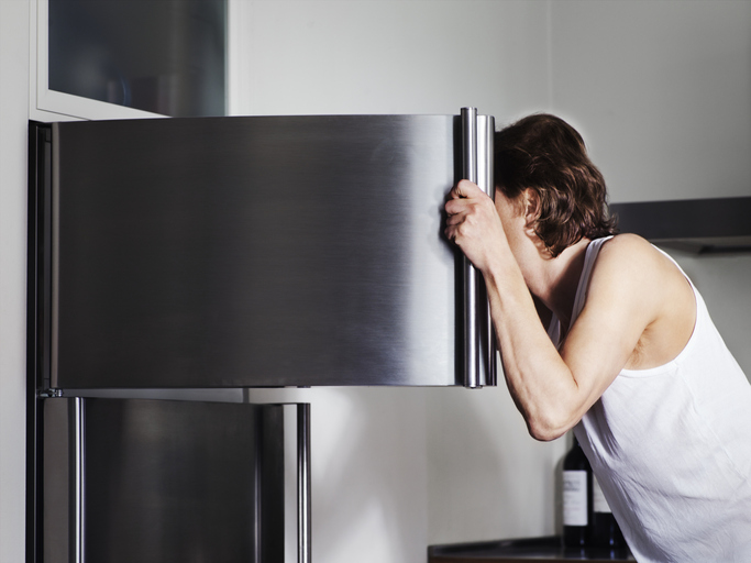mujer haciendo la limpieza de su congelador