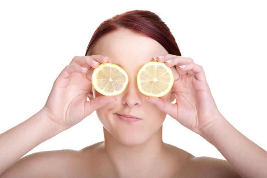 Por qué el limón mancha la piel