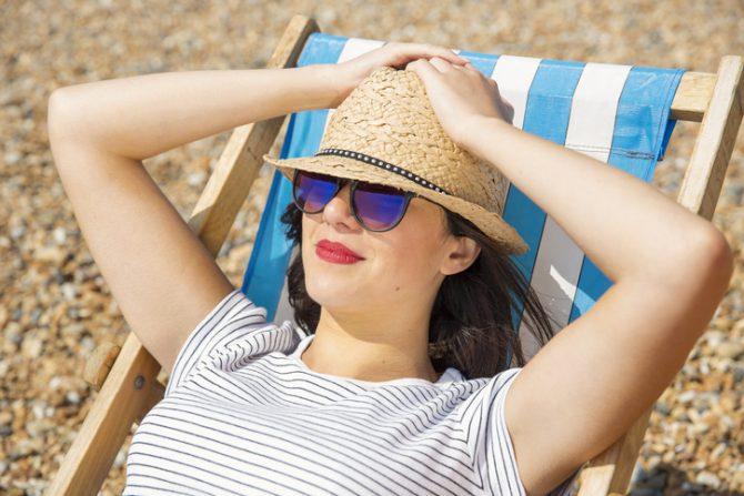 usos y beneficios del azucar mujer tomando el sol
