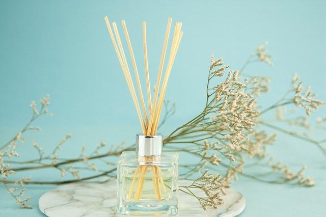 ideas para reutilizar los frascos de perfume vacíos