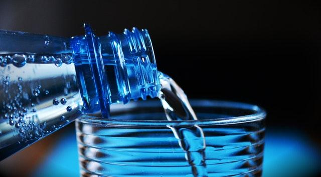 que pasa si tomas mucha agua mineral