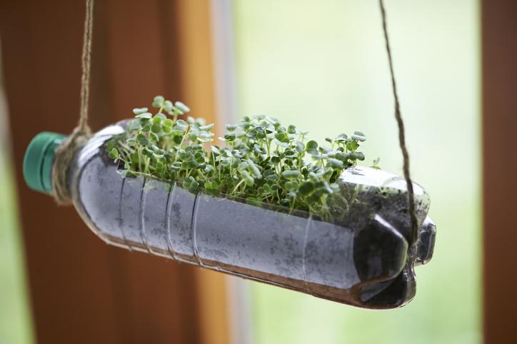como hacer macetas con objetos reciclados