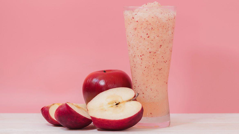 Licuado de manzana con agua, miel y avena