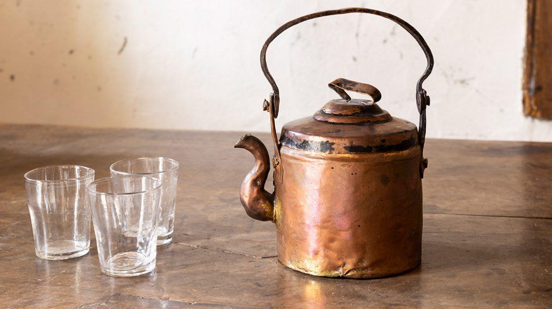 tomar agua en recipiente de cobre