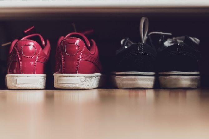 zapatos debajo de la cama