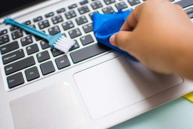 limpiar computadora con cepillo de dientes