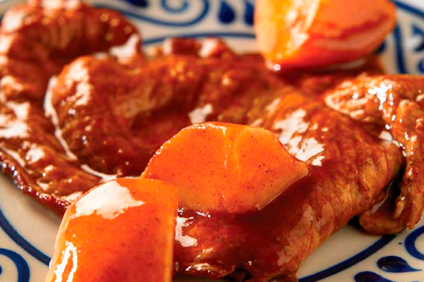 Tacos de bistec con papas en salsa roja